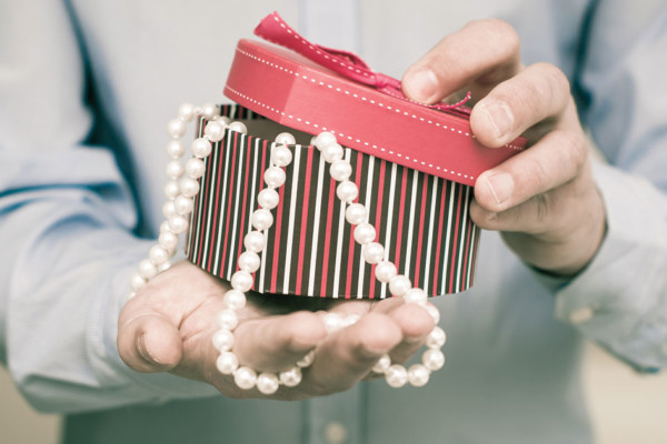 Man Page: Gentlemen, Give Pearls to Make a Hit with Your Loved One
